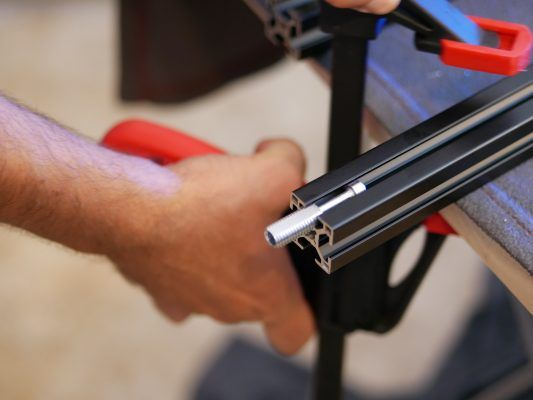 Automatikverbinder mit der Schraube in der Nut positionieren