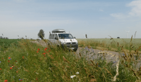 VWT5 fährt an Feld entlang