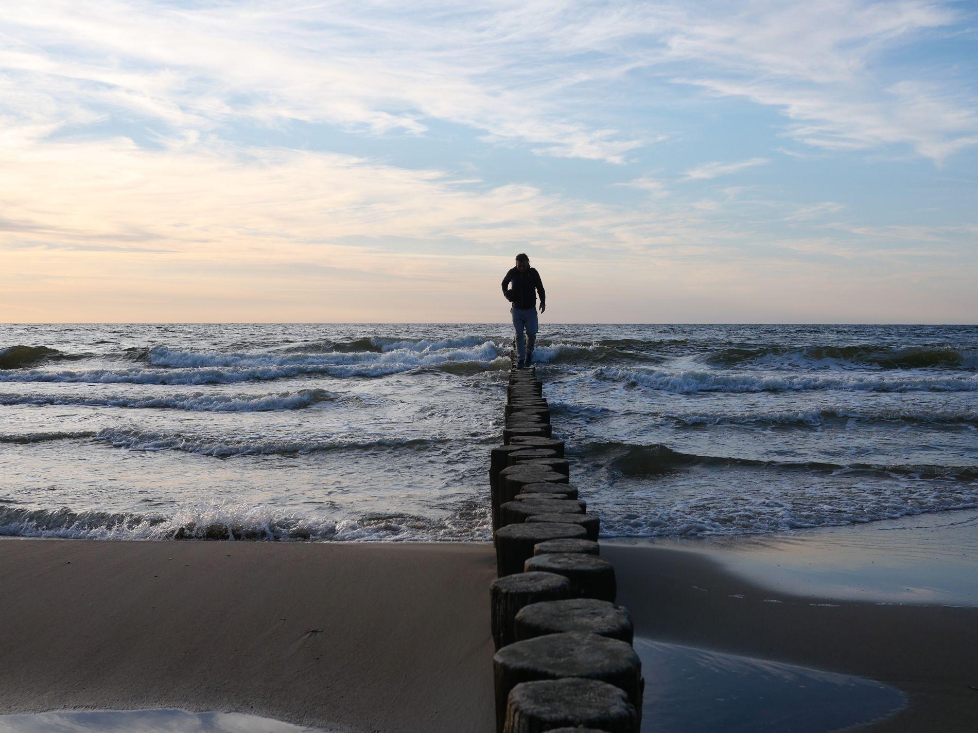 Ostsee Buhlen abends Mann