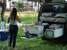 Frau vor Campervan