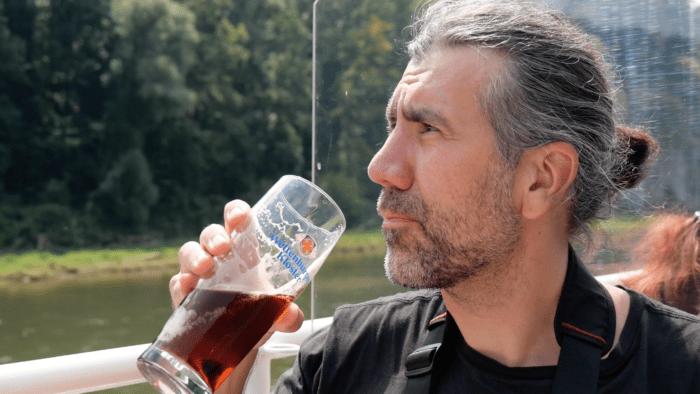 Marek trinkt Weltenburger